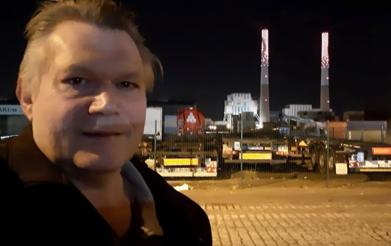 Jérôme, militant, devant les cheminées éclairées