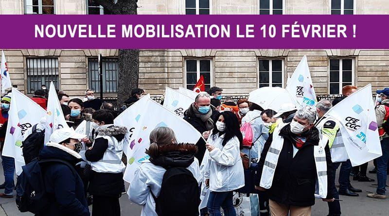 groupe de personnes qui manifestent avec drapeaux CFE UNSA Energies