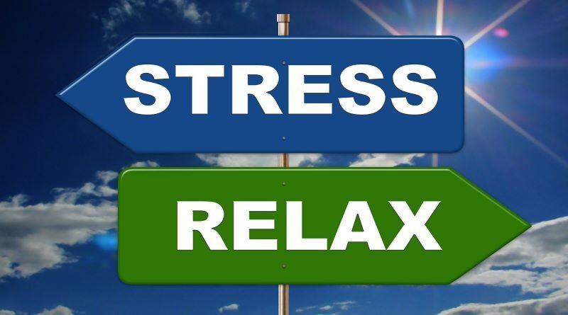 Panneaux de direction opposés. Stress. Relax