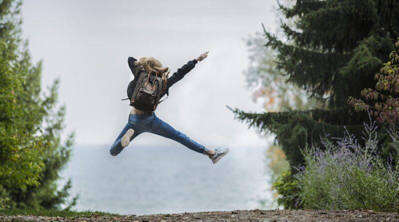 enfant avec sac à dos qui saute